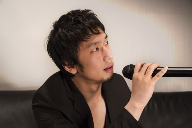 How to be a karaoke master: Drop the mic, and pick up a saxophone instead【Video】