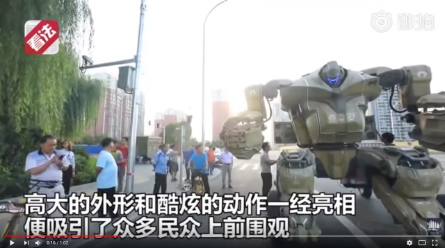 Chinese man warned by police for driving huge self-made robot on the streets of Beijing【Video】