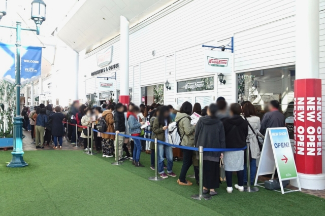 We attend the grand opening of the very first Krispy Kreme store in Hokkaido