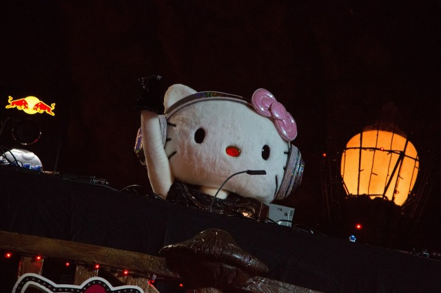DJ Hello Kitty drops the beat and F-bombs at all-night Sanrio Puroland Halloween event【Video】