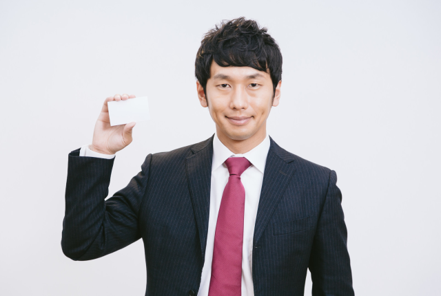 An illustrated guide to the proper way to give and receive business cards in Japan
