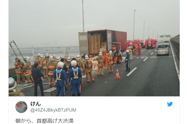 1,000 boxes of disposable chopsticks dumped on Tokyo freeway following delivery truck fire【Video】