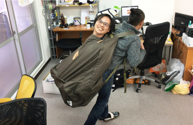 This ridiculously huge backpack turned our reporter into a great big baby【Photos】