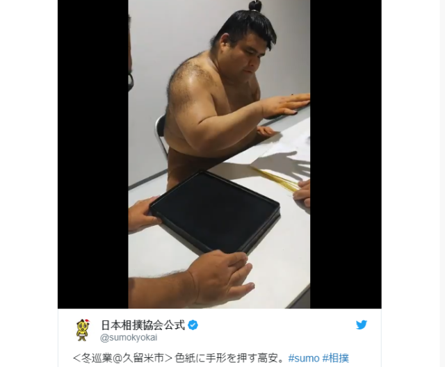 Sumo wrestlers are back to slap out autographs at a powerful tempo【Videos】