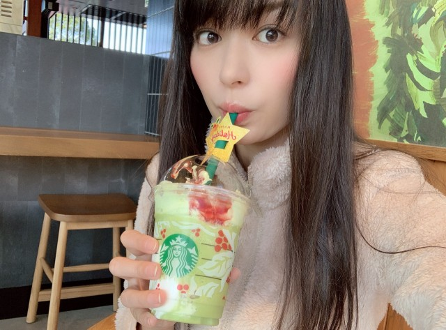 We try Starbucks Japan's new Pistachio Christmas Tree Frappuccino drinks