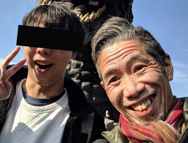 American fan meets his idol under the Shinjuku Godzilla, Mr. Sato apologizes for his photos