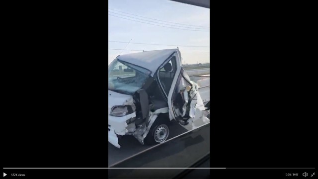 Half-destroyed truck seen driving down Japanese highway, astounds drivers【Video】