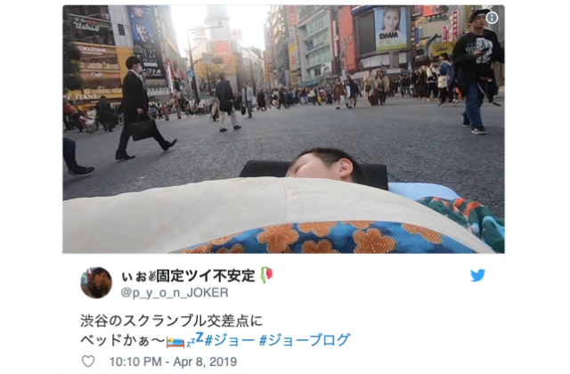 Japanese YouTuber sleeps on a bed in the middle of Shibuya Scramble Crossing【Video】