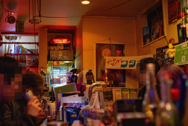 We check out Shinjuku's video game theme bar and get a neat EXP bonus, enjoy whacky plate-ups