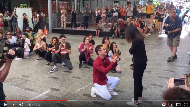 Japanese man proposes to girlfriend with huge flash mob in a shopping mall 【Video】