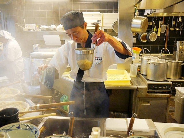 Watching a one-star certified master udon craftsman at work…at a famous Japanese noodle chain
