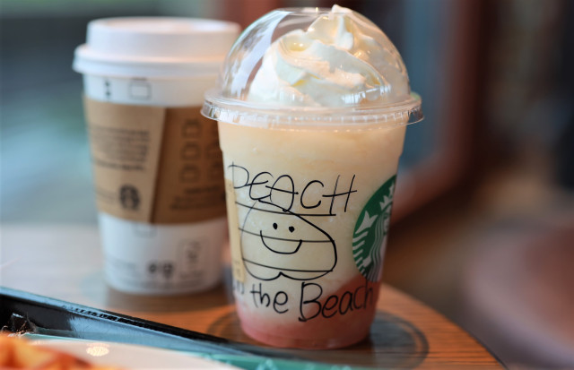 We try the new Peach on the Beach Frappuccino from Starbucks Japan