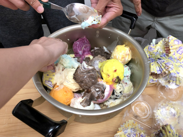 We mixed all 31 flavors of Baskin Robbins ice cream and created a Frankenstein dessert【Video】