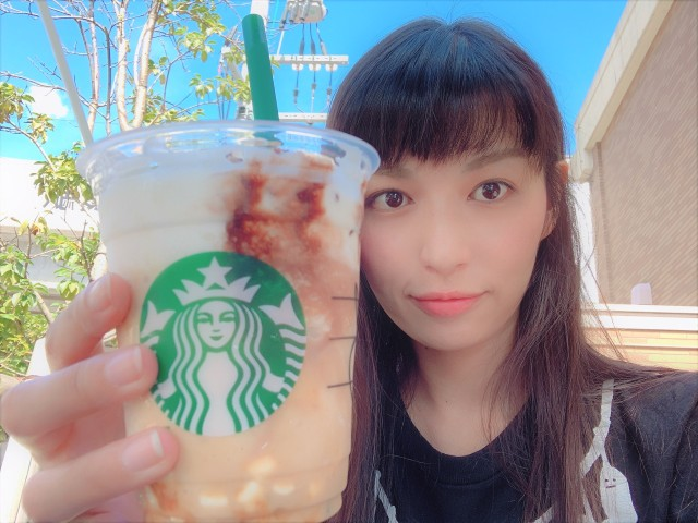 We try the new Starbucks Caramel S'more Frappuccino from Japan