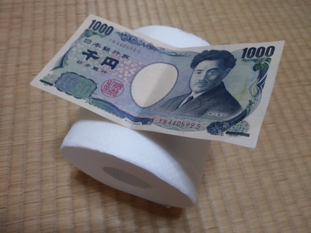 Stranger sticks 1,000 yen in man's hand in Japanese train restroom, for a very good reason