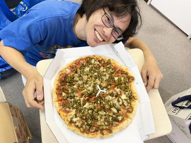 Taste-testing Domino's Pizza's Tsundere Pizza with SoraNews24's biggest otaku