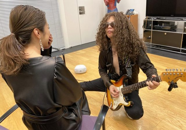 Seiji interviews his teenage crush Yumi Adachi with the spirit of Yngwie Malmsteen
