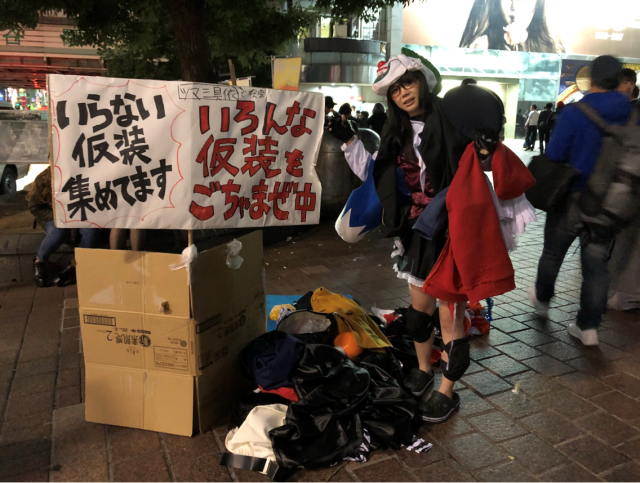 Shibuya Halloween Throwback: When a Japanese woman's costume was at the mercy of passersby【Pics】