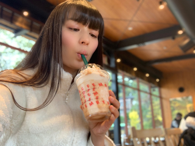 We try the Nutty White Chocolate Christmas Frappuccino from Starbucks Japan