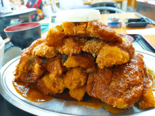 A mountain of chicken katsu awaits you at this restaurant in Osaka
