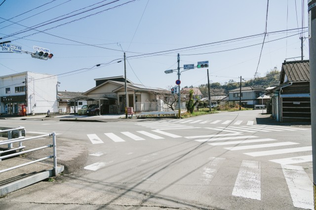 Harrowing video sees reckless drivers ignore pedestrian crossing in Japan【Video】