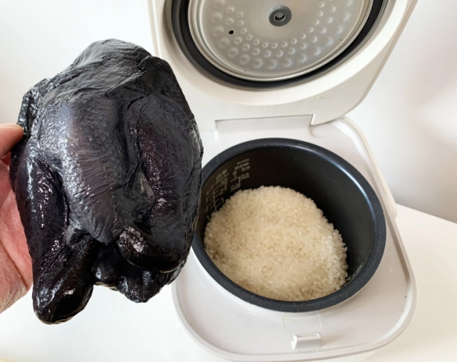 Let's cook this jet-black chicken in the rice cooker and see what happens【SoraKitchen】
