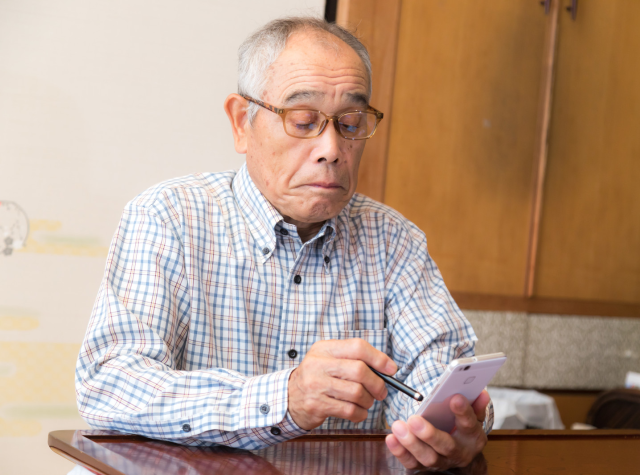 Old man with smartphone in Japan creates new problem with his high-risk way to shop for masks