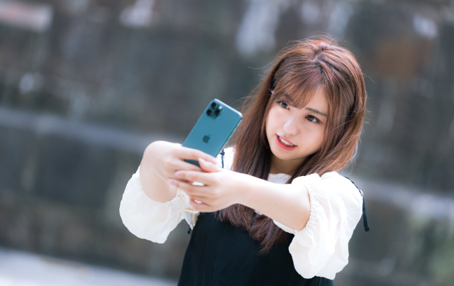 Japanese politicians want to make walking while looking at your smartphone illegal