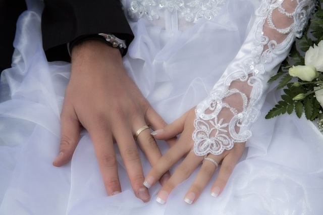 Anime voice actress announces marriage, fans start getting rid of her merchandise the next day