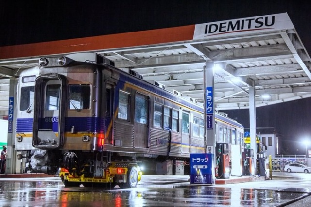 Wait, why is there a train at this gas station in Japan?【Photos】