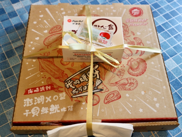 We try out Pizza Hut Taiwan's Ramen Pizza, try to figure out its national identity