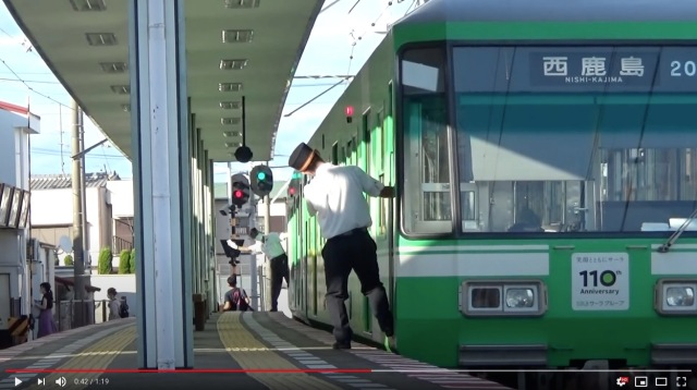 Japanese train drivers caught performing cute in-sync movements at the station 【Video】