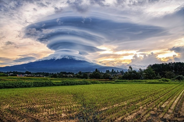 What's going on in this crazy beautiful picture of Mt. Fuji?