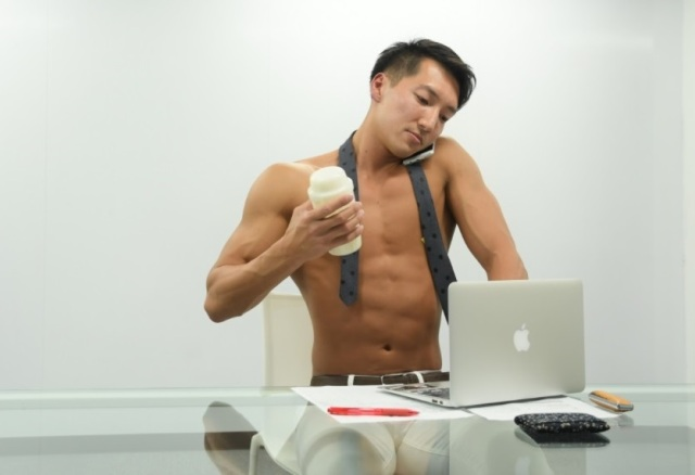 New Japanese stock photo site is filled with photos of buff men experiencing ordinary life【Pics】