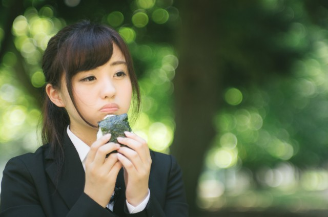 The polite way to eat onigiri rice balls sparks debate online