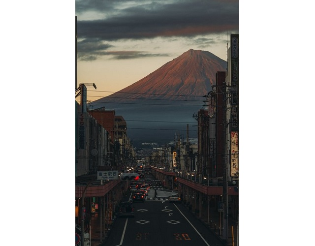 "Photos of ""everyday life"" in the town next to Mt. Fuji look like a beautiful fantasy world"