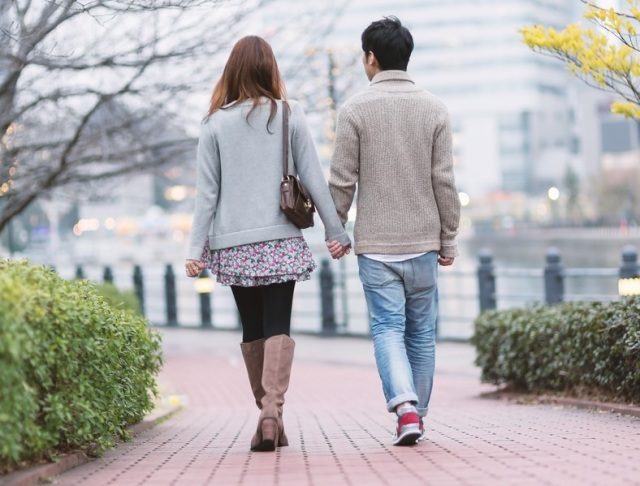 Japanese inventors create robot girlfriend hand for lonely people to hold and walk with【Video】