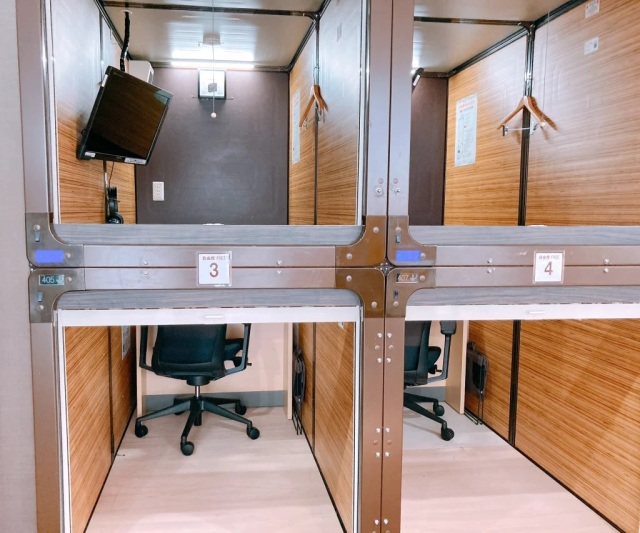 japan capsule hotels, <b> Japan is turning their capsule hotels into isolated workspaces </b>