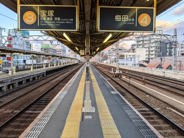 Train otaku say this is the narrowest train station platform in Japan