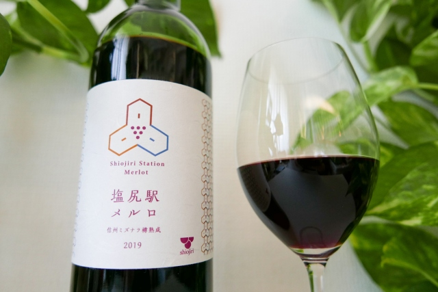 Drinking wine made from the only train station platform vineyard in Japan