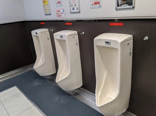 Japanese bathroom has a clever countermeasure for guys who pee on the floor at the urinal【Photos】