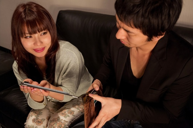 Does a guy lose all chance with a Japanese woman if he doesn't pay for the first date?【Survey】