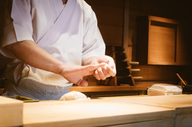 Is it gross to eat sushi that the chef pressed with his bare hands?【Survey】