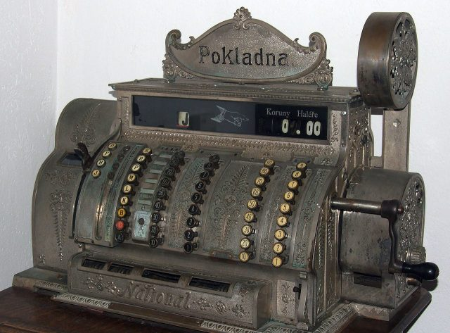 Trio of thieves break into Japanese glasses store, foiled by old-timey cash register