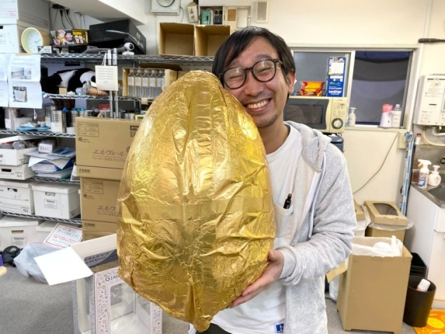 Our boss becomes the father of a gigantic chocolate egg, raises it with love【Photos】