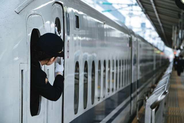 Japanese train conductor flips off rail fan photographer, prompts apology from JR
