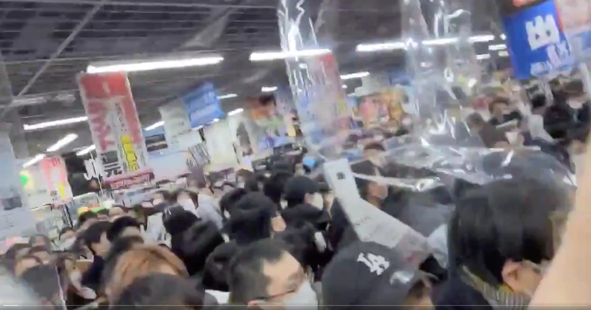 PS5 chaos at Akihabara as customers rush to grab new consoles【Videos】