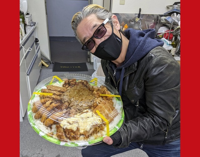 Mr. Sato orders a 5-kilogram, 12,000-calorie rice bowl with a pile of meat on top