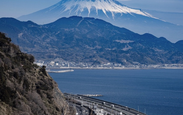 """Miraculous"" cloud over Mt Fuji stuns the Internet"