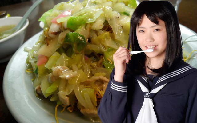 Japanese school lunch noodles fried so hard that children and teachers chip teeth, go to hospital